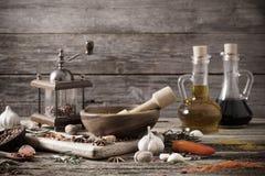 Erbe e spezie su fondo di legno Fotografia Stock