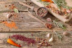 Erbe e spezie su un fondo di legno Immagini Stock Libere da Diritti
