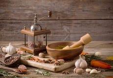 Erbe e spezie su un fondo di legno Immagine Stock