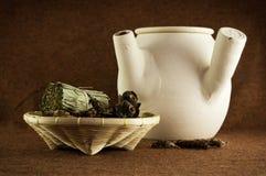 Erbe e vaso di argilla cinese Immagine Stock