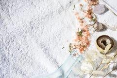 Erbe miste e cristalli dei sali su un asciugamano Immagine Stock