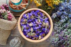 Erbe, mortaio e borsa medicinali dei fiori sani asciutti Fotografia Stock Libera da Diritti