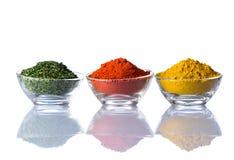Erbe, paprica e curry secchi su bianco Fotografie Stock Libere da Diritti