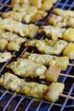Erbe satay e dolci della carne di maiale arrostita con Thailand& x27; l'alimento di s è stato molto popolare in Tailandia Fotografie Stock