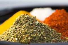 Erbe secche, curry, peperoncino rosso Fotografie Stock