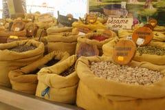 Erbe su un mercato francese dell'alimento Immagini Stock