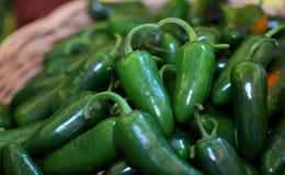 Erbe: Un mucchio dei peperoncini caldi verdi piccanti Fotografie Stock