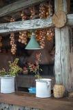 Erbe in vasi sulla ferrovia del portico immagine stock
