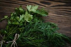 Erbe verdi fresche del prezzemolo e dell'aneto sulla tavola di legno rustica Vista superiore con lo spazio della copia Fotografia Stock