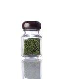 Erbe verdi secche barattolo su fondo bianco Fotografie Stock Libere da Diritti