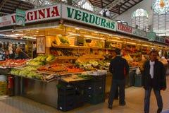 Erbivendolo nel mercato centrale, Valencia; La Spagna Fotografia Stock Libera da Diritti