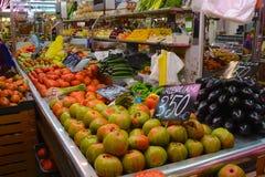 Erbivendolo nel mercato centrale, Valencia; La Spagna Fotografia Stock