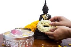 Erbjud girlanden för dyrkan buddha i songkarnfestival Royaltyfri Foto