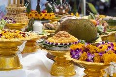 Erbjuda för en ceremoni i en buddistisk tempel, Thailand Royaltyfri Bild