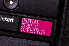 Erbjuda för initial för ordhandstiltext offentligt Affärsidé för att erbjuda dess materiel till allmänheten för första gången arkivbilder