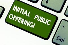 Erbjuda för initial för ordhandstiltext offentligt Affärsidé för att erbjuda dess materiel till allmänheten för första gången royaltyfria bilder