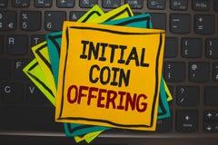 Erbjuda för mynt för initial för ordhandstiltext Affärsidé för crowdfunding användande cryptocurrencies som lyfter huvudstad arkivbild