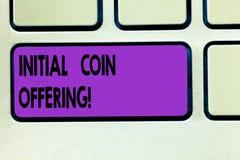 Erbjuda för mynt för initial för ordhandstiltext Affärsidéen för är en typ av folkmassafinansieringen genom att använda crypto va fotografering för bildbyråer