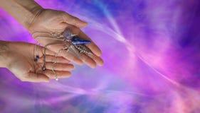 Erbjuda 4 olika sökande med slagrutaklockpendlar Royaltyfria Bilder