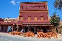 erbjudande av keramiska produkter, Essaouira, Marocko Fotografering för Bildbyråer
