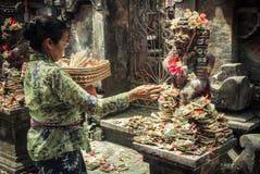 Erbjudande blomma för kvinna till en gud Royaltyfria Bilder
