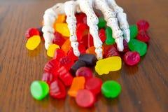 Erbjudande bunke för skelett- hand av godisen under halloween fotografering för bildbyråer