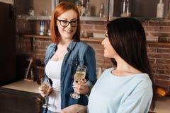Erbjudande champagne för röd haired flicka Arkivbilder