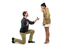 Erbjudande förlovningsring för man till partnern royaltyfri foto