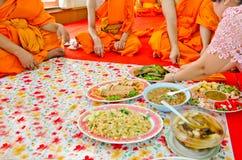 Erbjudande foods till munkar i thailändsk kultur royaltyfri bild