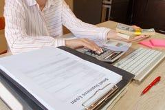 Erbjudande gruppering för affärskvinna av hundra dollarräkningar täta händer upp Lån kreditering, skuldbegrepp ge handpengar Arkivbilder