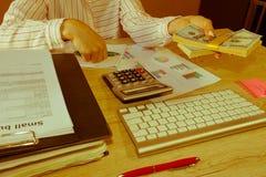 Erbjudande gruppering för affärskvinna av hundra dollarräkningar täta händer upp Lån kreditering, skuldbegrepp ge handpengar Arkivfoto