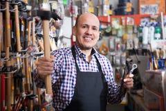 Erbjudande hammare för manlig säljare Royaltyfri Bild
