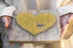 Erbjudande hjärta med båda öppna heands gömma i handflatan Royaltyfri Fotografi