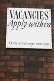 Erbjudande jobbvakans för meddelande på tegelstenväggen Royaltyfri Foto