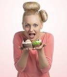 Erbjudande muffin för förvånad flicka Royaltyfria Bilder