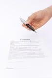 Erbjudande penna för hand för häfte på avtal Arkivbilder