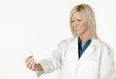 erbjudande pharmacist för ladyläkarbehandling Arkivbild