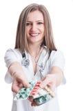Erbjudande preventivpillerminnestavlor för gullig kvinnlig doktor Royaltyfri Bild