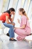 Erbjudande rådgivning för kvinnlig sjuksköterska till den deprimerade kvinnan Arkivfoton