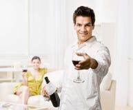 erbjudande rött vin för glass man Royaltyfri Fotografi