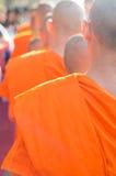 Erbjudandemat till munken Royaltyfri Bild