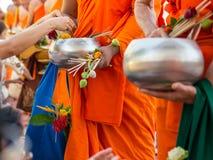 Erbjudandeoffret blommar till munken Arkivfoton