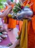 Erbjudandeoffret blommar till munken Royaltyfri Bild