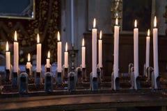 Erbjudandestearinljus i en venetian kyrka, Italien Royaltyfri Bild