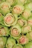 Erblassen Sie - rosa Rosen in einer Hochzeitsanordnung Stockfotografie