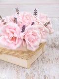 Erblassen Sie - rosa Rosen und Lavendelblumenstrauß in der Holzkiste Lizenzfreie Stockfotos