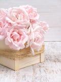 Erblassen Sie - rosa Rosenblumenstrauß in der Holzkiste Stockbild