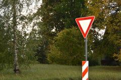 Erbringen Sie oder geben Sie Zeichen auf einem grünen Hintergrund nach lizenzfreie stockfotos