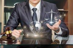 Erbringen von Rechtsdienstleistungen im Netz des Internets stockfotos