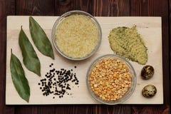 Erbsen Reis und Gewürze sind auf dem Brett Lizenzfreie Stockfotos